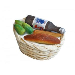 Продукты в плетеной корзине с бутылкойот Art of Mini